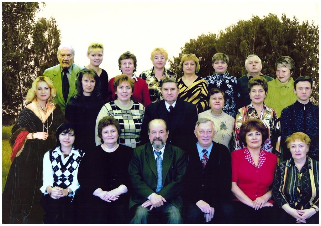 3-й справа в нижнем ряду начальник отдела Раенко Мстислав Иванович
