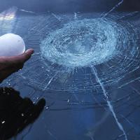 Радиально-кольцевая структура стекла, образованная от удара градины