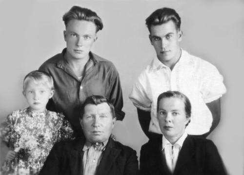 М.А.Салтыков верх 1-й слева, его мать Анна низ 1-я справа, сестра Наталья 1-я слева и отчим с сыном. Нач. 1950-х